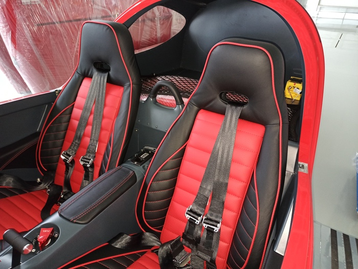 Bentley Black seats with red inserts and piping